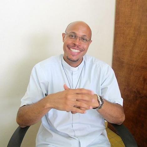 Olivier Lucenay  le prête qui fait le Buzz en Martinique